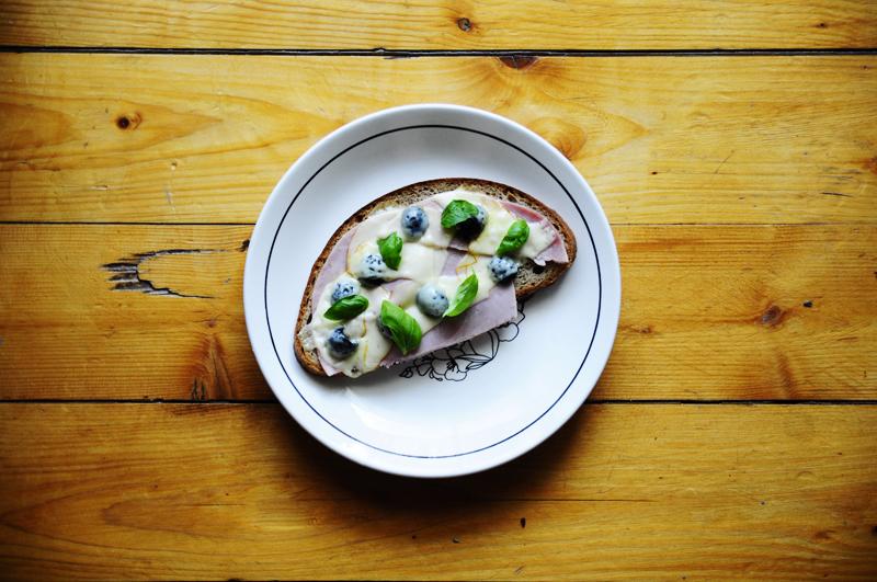 Pizza-Brot Oliven Basilikum Käse
